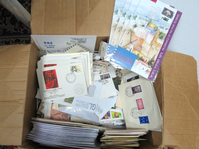 אוסף בולים מכל העולם בנושאי יודאיקה, שואה, דמויות ועוד, כולל מעל 1000 מעטפות