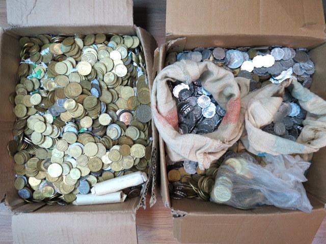 """לוט גדול (בשני קרטונים) של מטבעות ישראל ותקופת קום המדינה, עד שנות ה80, ס""""ה כ-30 ק""""ג"""