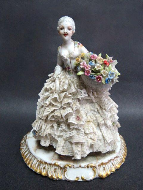פיגורת פורצלן תוצ Capodimonte גברת עם שמלה (פגמים)