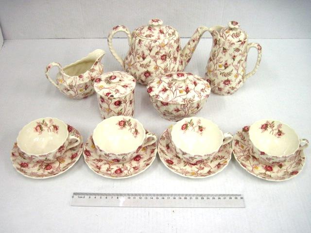 סרוויס ארוחת בוקר תוצ Copeland ה Spode, דוגמת  Rosebud Chintz, הכולל: קנקן תה, קנקן קפה, כלי חלב וכלי סוכר, כלי ריבה ו-4 ספלים עם תחתיות