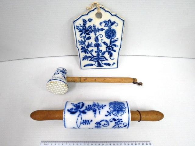 שלושה כלי מטבח עשויים פורצלן דוגמת Zwiebelmuster: מערוך, לוח חיתוך ופטיש שניצלים