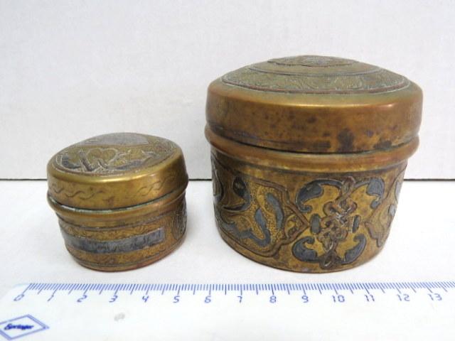 שתי קופסאות פליז עם אינליי כסף ונחושת, עבודת דמשק