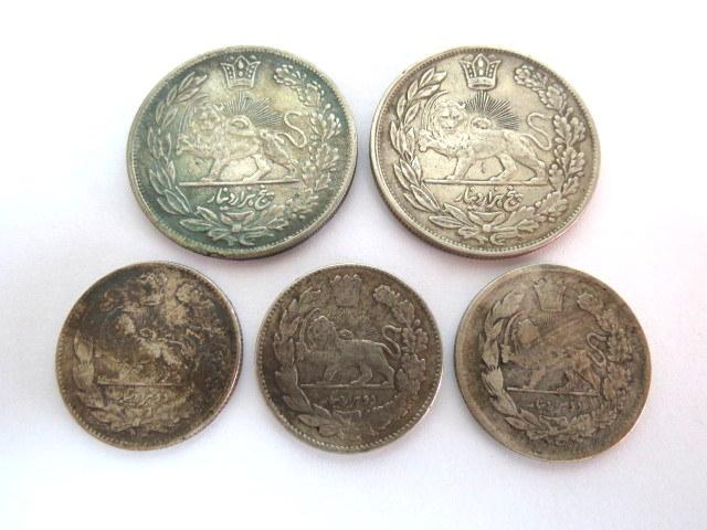 """חמישה מטבעות כסף, אירן, אחמד שאח 1909-1925, 1327-1344 AH: א. 5 קרא, 1334, ב. 2 קראן (1332,1333,1337) ג. מוחמד ולי שאח, 1324-1327, 1907-1909, ע""""ס 5 קראן, 1323"""