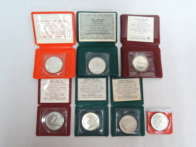 """שבעה מטבעות חנוכה: תשל""""ה - כסף 800, קישוט ו 2 רגיל, כ""""א 20 גרם, תשל""""ד קישוט ורגיל, כ""""א 20 גרם, תשמ""""ב קישוט כסף 850, 14.4 גרם, תשל""""ח ניקל"""
