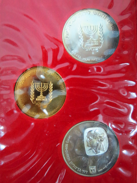 """סדרת מטבעות זכרון לדוד בן גוריון תשל""""ה 1974, כולל: מטבע זהב 900, 28 גרם, ושני מטבעות כסף, כ""""א 28 גרם"""