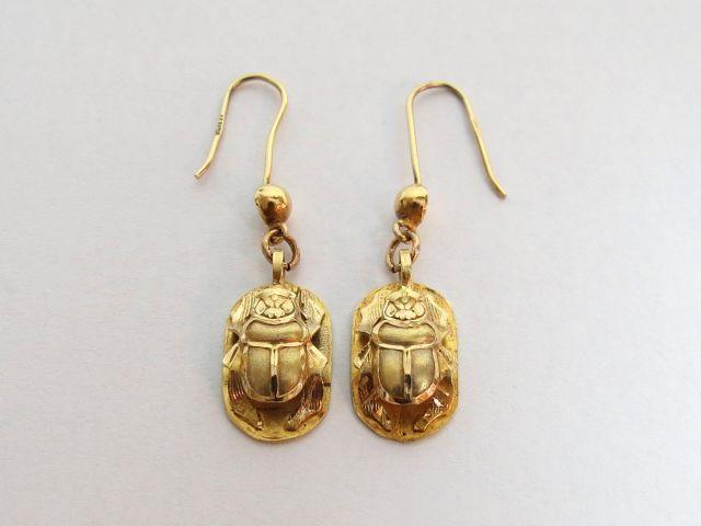"""זוג עגילי זהב צורת חרפושית כ""""א, על הגב כיתוב הירוגליפי"""