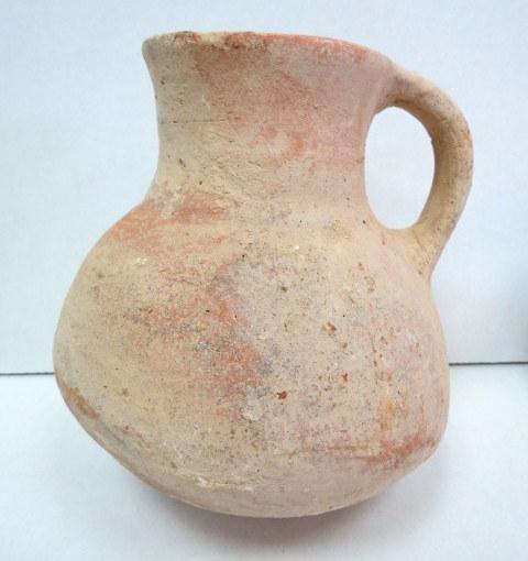 """קנקן חרס, תקופת הברזל II ממורק אדום, 1000-586 לפנה""""ס, גובה 18 ס""""מ, ידית אחת, ממלכה מאוחדת"""