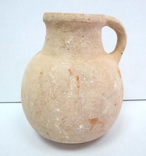 """קנקן חרס, תקופת הברזל II ממורק אדום, 1000-586 לפנה""""ס, גובה 19 ס""""מ, ידית אחת, ממלכה מאוחדת"""