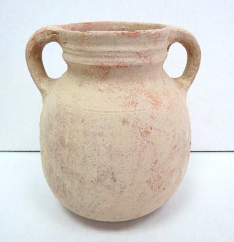 """קנקן חרס, תקופת הברזל II, ממורק באדום, 1000-586 לפנה""""ס, גובה 17.5 ס""""מ, שתי ידיות , ממלכה מאוחדת"""