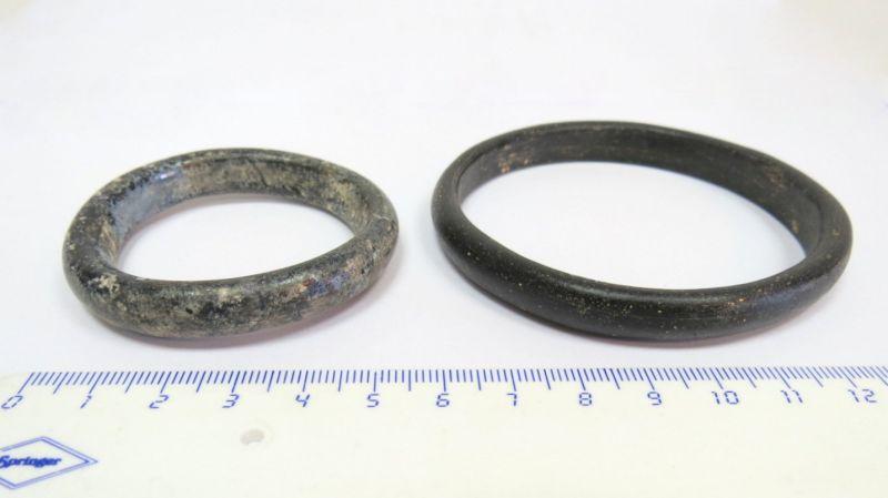 שני צמידי זכוכית רומיים מאה 1-2 לספירה
