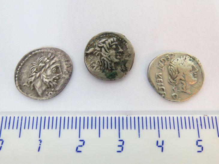 """שלושה מטבעות כסף רומיים ע""""ס קינריוס, רפובליקנים, מאה ראשונה לפנה""""ס, לא מזוהים"""