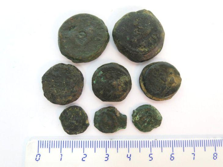 """שמונה מטבעות ברונזה, מתיתיהו אנטיגונוס, אחרון החשמונאים, 40-37 לפנה""""ס, 3 קטנים, 3 בינוניים, 2 גדולים"""