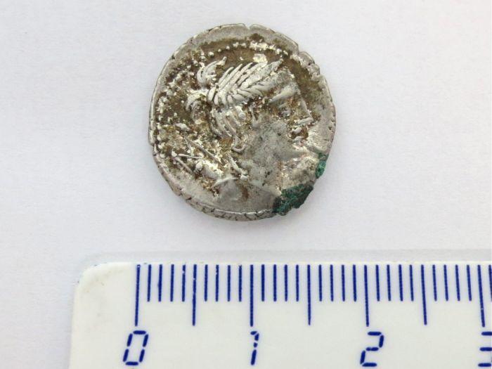 """מטבע כסף רומי ע""""ס דינר רפובליקני, לא מזוהה, מאה ראשונה לפנה""""ס"""