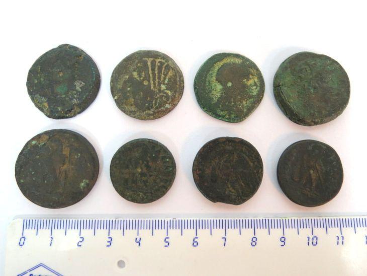 """שמונה מטבעות ברונזה, בית תלמיי, קוטרים בין 20-30 מ""""מ"""