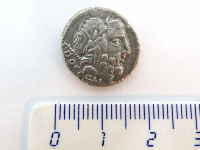 """מטבע דינר כסף, הרפובליקה הרומית מיטבעה: Rubria, שנת 87 לפנה""""ס, מצב VF+"""