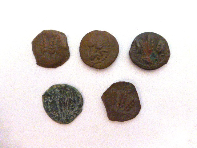 חמש מטבעות ברונזה, פרוטות שלטון אגריפס ה-I, שנים 37-44 לספירה