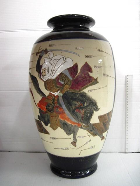 """אגרטל פורצלן יפני , סגנון סצומה מאוחר, עם ציור סצינת קרב, חתום, גובה 48 ס""""מ"""