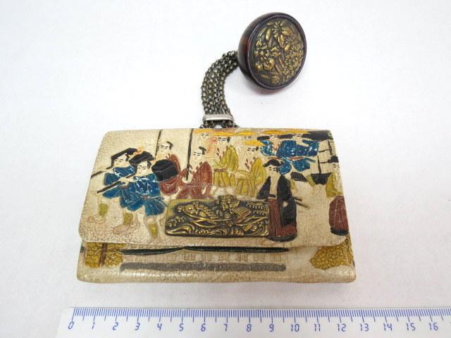 תיק לטבק, יפן, עשוי עור עם תמונת הר פוג'יאמה (פרום חלקית) כולל כפתור תליה סגנון נצקה עשוי עץ עם פנים מתכת רקועה, אמצע המאה ה19