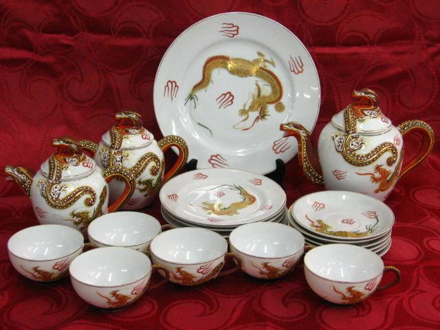 סרוויס תה יפני, פורצלן דוגמת דרקונים הכולל: קנקן תה, קנקן חלב, כלי לחלב, צלחת הגשה גדולה וכן צלחת, תחתית וספל (X6)