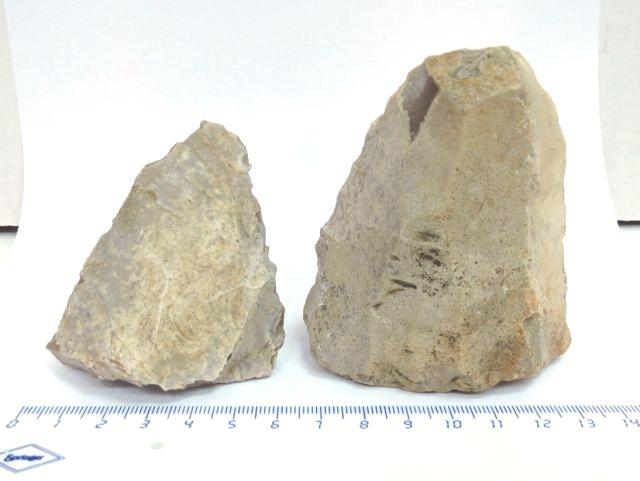 """שני אבני נוקליאוס (אבני צור ליצירת להבים תקופה כלכוליתית, 6000-3100 לפנה""""ס"""