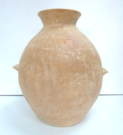 """כד אגירה, חרס, עם שתי ידיות מדף תקופת הברונזה הקדומה, 3300-2100 לפנה""""ס, תיקונים ושיחזורים, גובה 34 ס""""מ"""