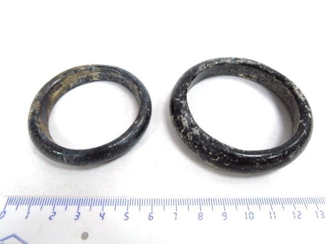 שני צמידי זכוכית רומים מאות ראשונה-שניה לספירה, שלמים
