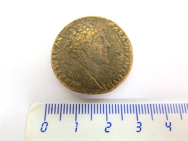 ססטרץ ברונזה, שלטון הקיסר Marcus Aurelius 161-180 לספירה פנים: ראשו פונה לימין, גב: שלוש אלות עומדות זו ליד זו (לגב המטבע אין סימוכין בספריה הנומיסמטית הרגילה, נדיר, 19.5 גרם, מצב good+