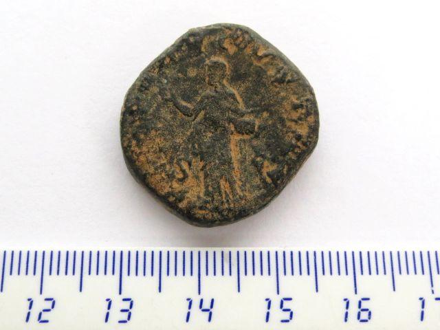 """מטבע ברונזה ע""""ס דופונידיוס שלטון פיליפה הראשון,244-249, פנים:  אוטקילה סוורה אשת הקיסר, גב: אלה רומית"""