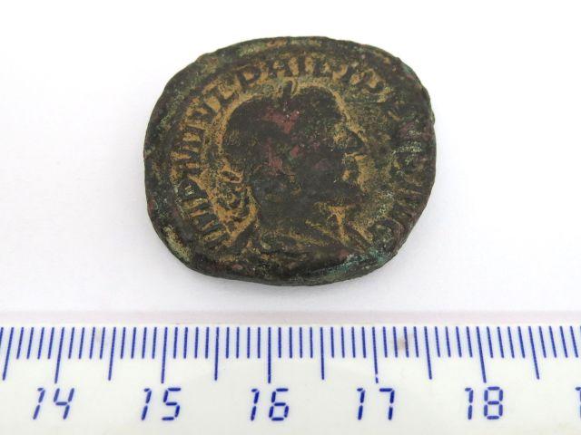 """מטבע ברונזה ע""""ס ססטרציוס שלטון פיליפ הראשון, 244-249, פנים: דיוקן הקיסר, גב: אלה רומית"""