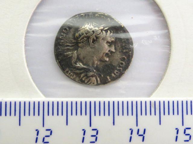 """מטבע כסף ע""""ס דינר, שלטון טריאנוס 97-117 לספירה, פנים: דיוקן הקיסר גב: האלה וסטה יושבת, מצב VF-XF"""