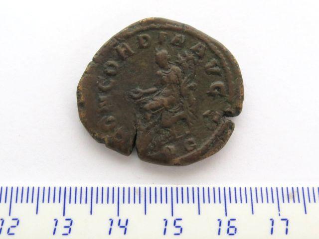 """מטבע ברונזה ע""""ס דופונדיוס שלטון פיליפ הראשון, 244-249, פנים: אוטקולה סוורו אשת הקיסר, גב: האלה קונקורדיה יושבת"""