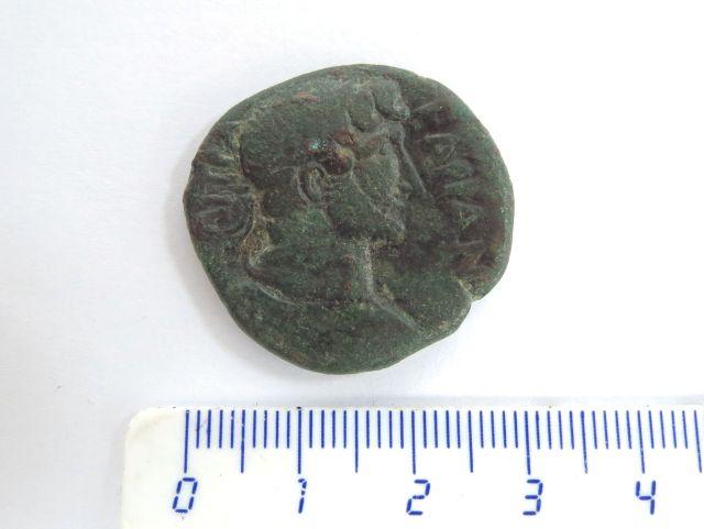 מטבע ברונזה רומי מהעיר עזה שלטון הדריאנוס 117-138 לספירה,  צד א' דיוקן הקיסר, צד ב' האל מרס בתוך מקדש (נדיר)