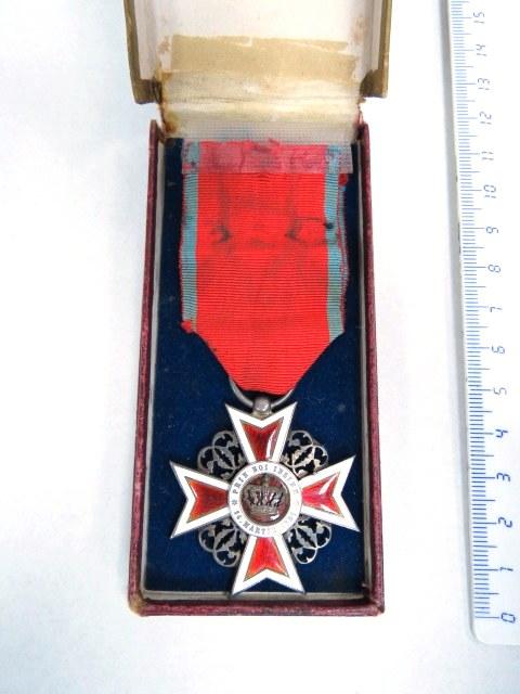 אות מסדר כתר רומניה, צלב הקומנדו עם כתר חרבות , אדום ולבן, 1937-1947, ברונזה ואמייל