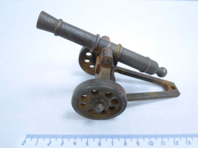קישוט ברזל צורת תותח