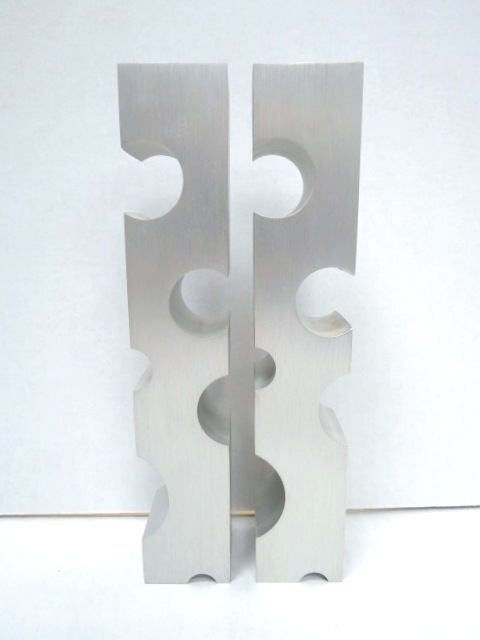 """זוג פמוטי אלומיניום, בעיצובו של זליג סגל Selig Segal (חתום), גובה 15 ס""""מ"""
