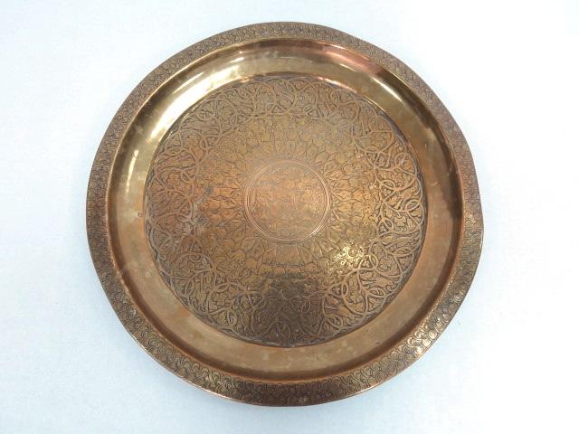 """מגש ברונזה עגול, עם עבודת ריקוע הודית, ציפורים ופרחים, וכן מעגל רוקדים, קוטר 32 ס""""מ"""