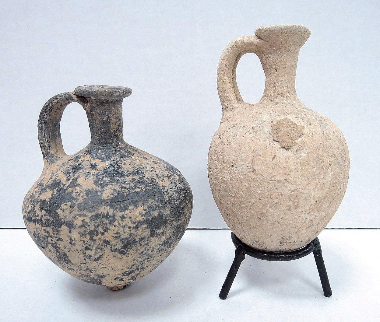 """שתי פכיות קרמיקה: אחת שחורה Amphoriskos, השניה קרמיקה רגילה (עם תיקון קל), תקופת הברונזה התיכונה, 1800 לפנה""""ס, תקופת האבות"""