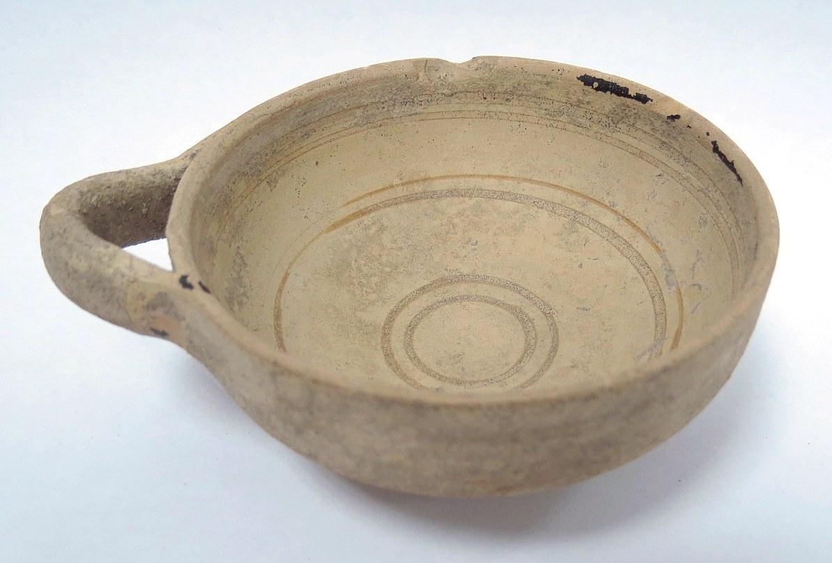 """קערת קרמיקה, קפריסין עם עיטור וידית אחת, פגם בשפה, סוף תקופת הברזל, מאה 6-5 לפנה""""ס, גובה 4 ס""""מ, קוטר 9 ס""""מ"""