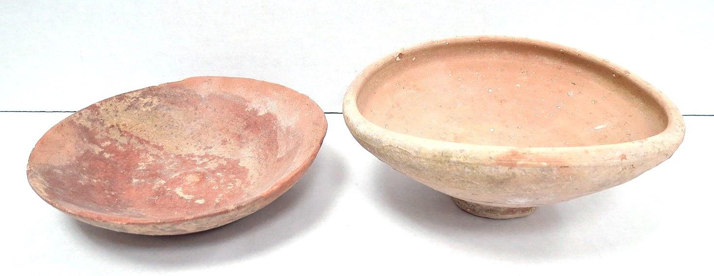 שתי צלחות חרס, תקופת ברזל II אחת שלמה, לשניה תיקונים קלים בשפה