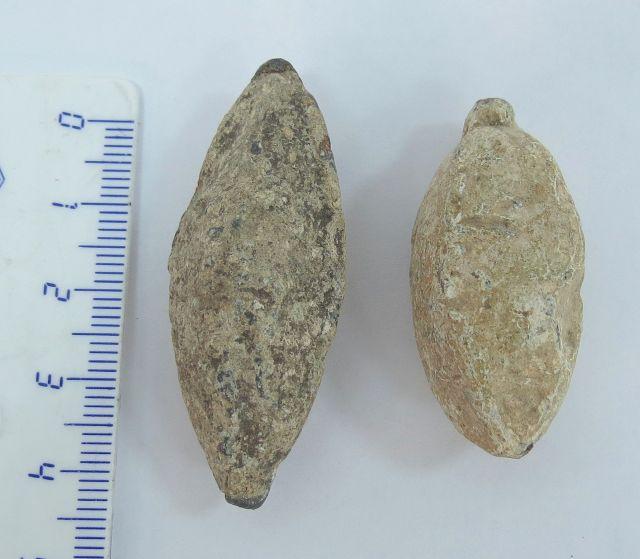 """שתי אבני קלע מעופרת , תקופה הלניסטית, מאה שלישית-ראשונה לפנה""""ס"""