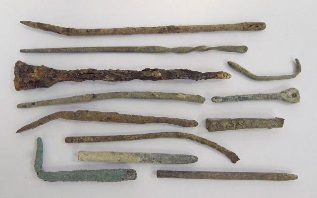 """לוט 12 כלים, לקוסמטיקה ורפואה מהן 11 ברונזה ואחד ברזל, תקופה הלניסטית-רומית, מאה שלישית לפנה""""ס עד רביעית לספירה"""