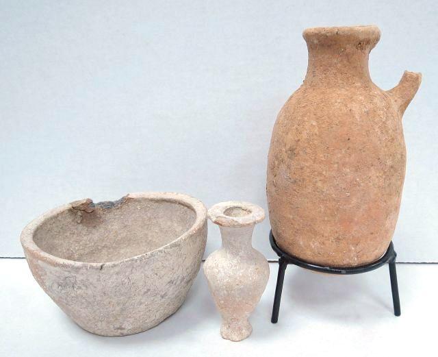 """שלושה כלי חרס עתיקים שתי פכיות וצלוחית, א""""י, תקופות שונות, ברזל-הלניסטית, 1000 -200 לפנה""""ס"""