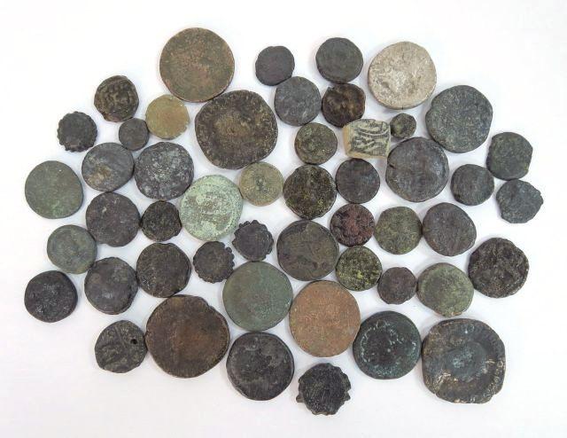 לוט 50 מטבעות ברונזה מתקופות שונות: הלניסטית, רומית, חשמונאית, ביזנטית, איסלם, מצבים שונים