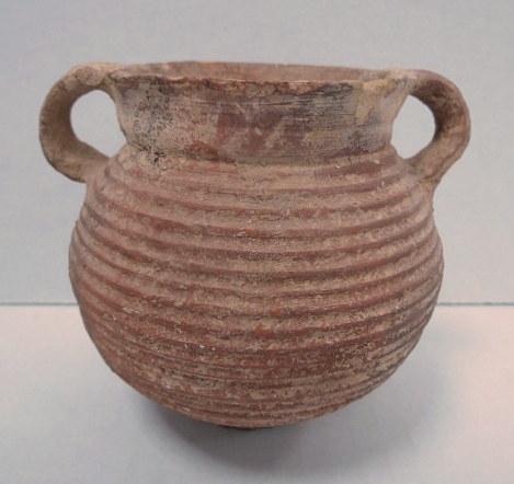 """סיר בישול מיניאטורי, חרס תקופה הרודיאנית, 50 לפני עד 50 אחרי הספירה, גובה כ-95 מ""""מ"""