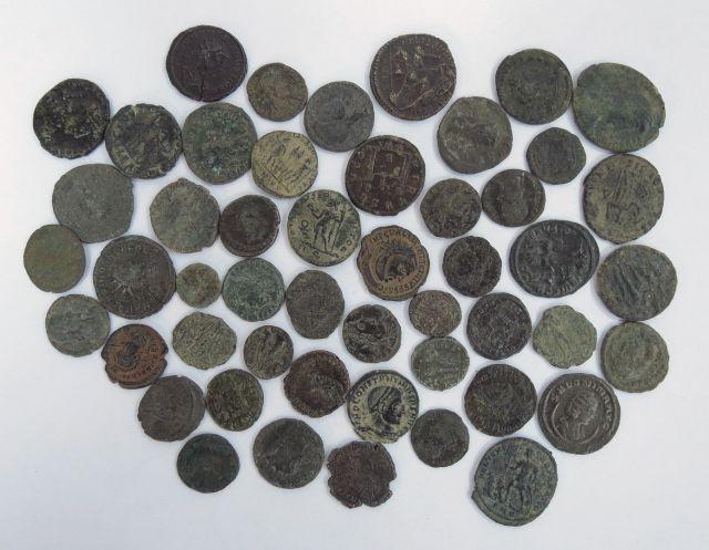 לוט 50 מטבעות רומיות מברונזה, מאות ראשונה-רביעית לספירה, מצבים שונים