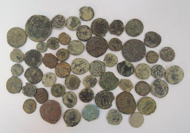 לוט 55 מטבעות ברונזה רומיות, מאה שניה עד רביעית לספירה