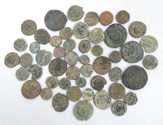 לוט 50 מטבעות ברונזה רומיות, מאה שניה עד רביעית לספירה