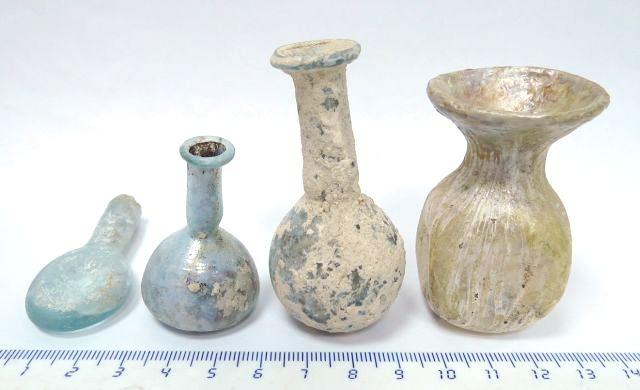 לוט של ארבע זכוכיות רומיות מיניאטוריות: בקבוקונים לשימוש ברפואה וקוסמטיקה, מאה ראשונה עד רביעית לספירה