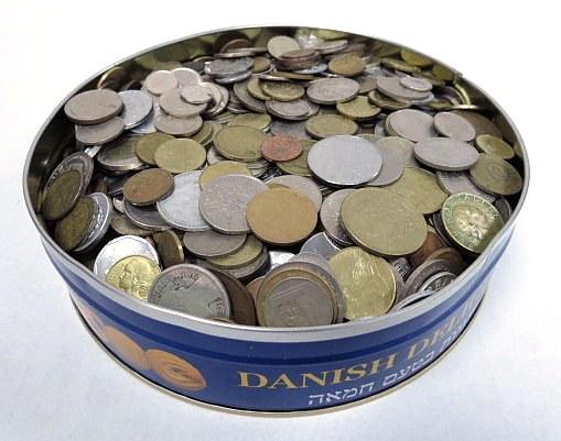 קופסה עם מטבעות כסף כל העולם