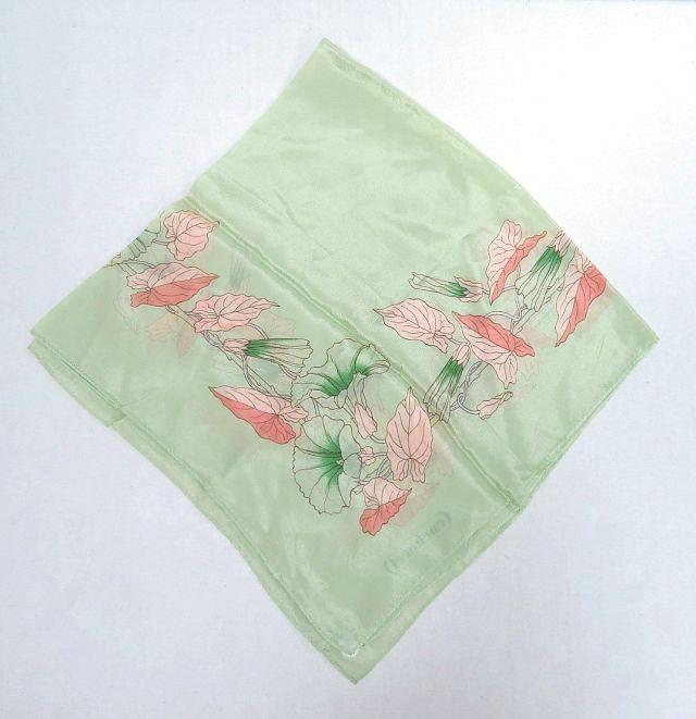 צעיף Chanel, עשוי 100% משי דוגמת פרחים על רקע ירוק בהיר